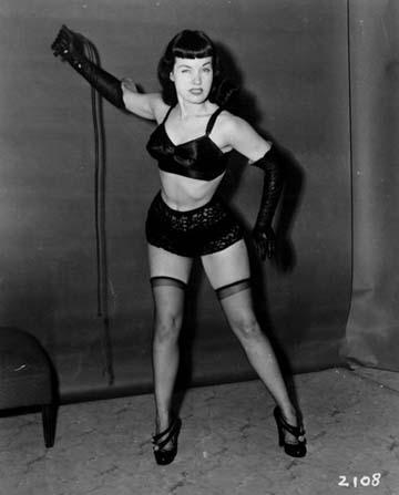 Betty Page con medias negras