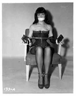 Betty Page atada y amordazada